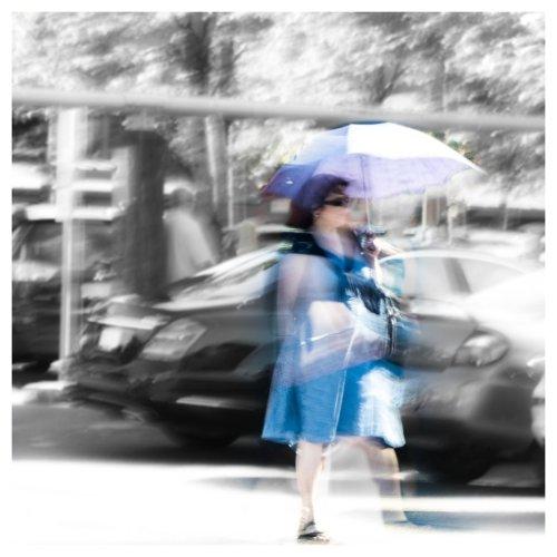 femme avec parasol - au fond monochrome